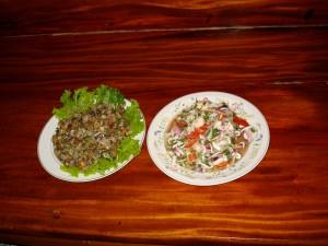 Muscheln nach thailändischer Art (links) und frischer Tintenfischsalat (rechts)
